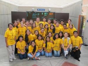En esta fotografía se ve a los jóvenes misioneros de regreso de la Misión de Verano (Marzo de 2014) en la que convivieron 16 días en Yerbateros, El Agustino y Lomas de Nocheto, Santa Anita.