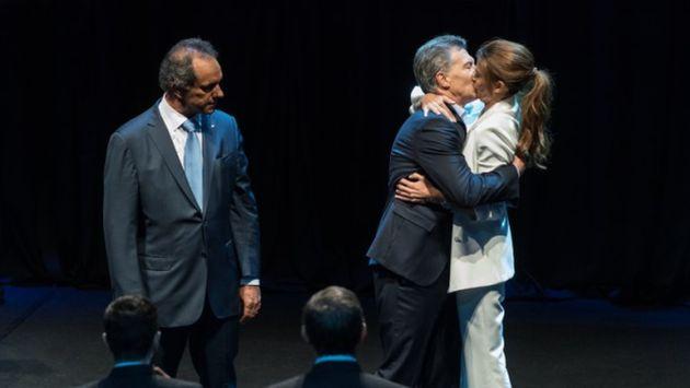 Beso apasionado entre Macri y su esposa Juliana Awada, en el debate presidencial de Argentina, fue viral en redes sociales